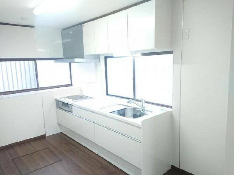 キッチン 【リフォーム済】キッチンは永大産業製の新品に交換しました。天板は人工大理石製なので、熱に強く傷つきにくいため毎日のお手入れが簡単です。