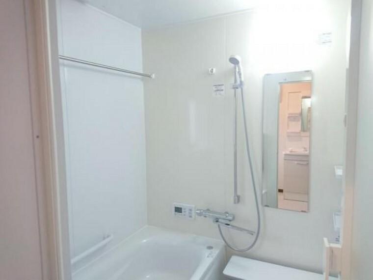 浴室 【リフォーム済】浴室はTOTO製の新品のユニットバスに交換しました。足を伸ばせる1坪サイズの広々とした浴槽で、1日の疲れをゆっくり癒すことができますよ。