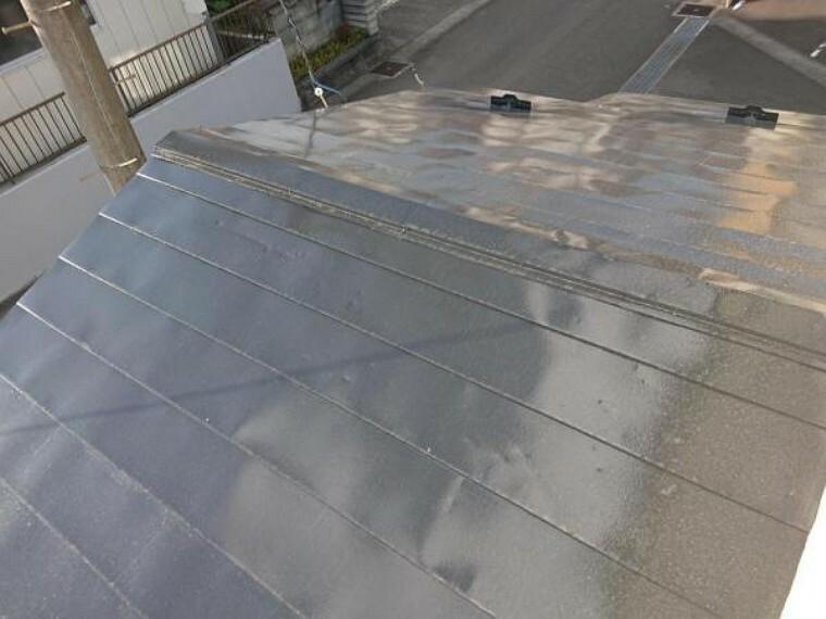 外観写真 【リフォーム済】屋根は塗装工事を行いました。塗装し直すことで雨漏りのリスクも低くなりますよ。