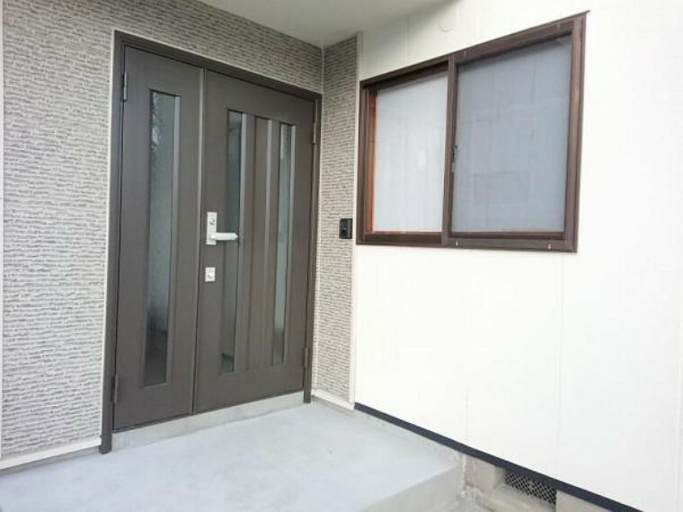 玄関 【リフォーム済】玄関ドアはリクシル製の新品に交換致しました。ツーロック式になりますので、セキュリティ面も強化されますよ。