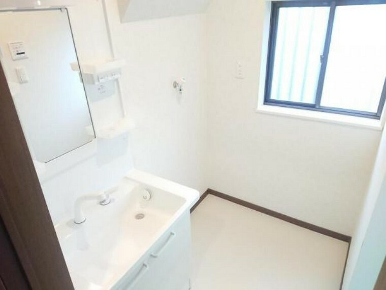 洗面化粧台 【リフォーム済】洗面所の写真です。洗面台は新品交換致しました。洗濯機の置き場もあります。