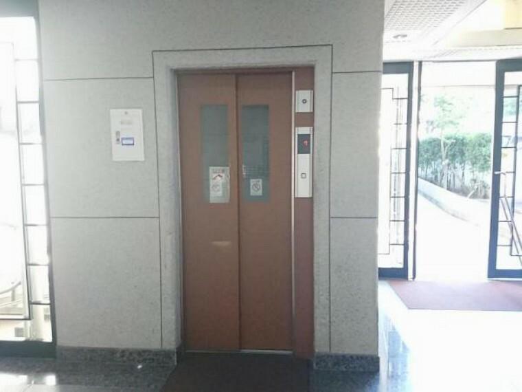 【共用部】エレベーターは複数台付いております。また、311号室のすぐ近くにもエレベーターがありますよ。