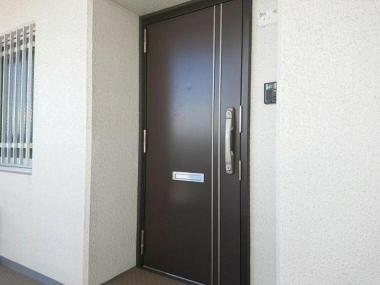 玄関 【リフォーム前】玄関は鍵交換を行う予定です。