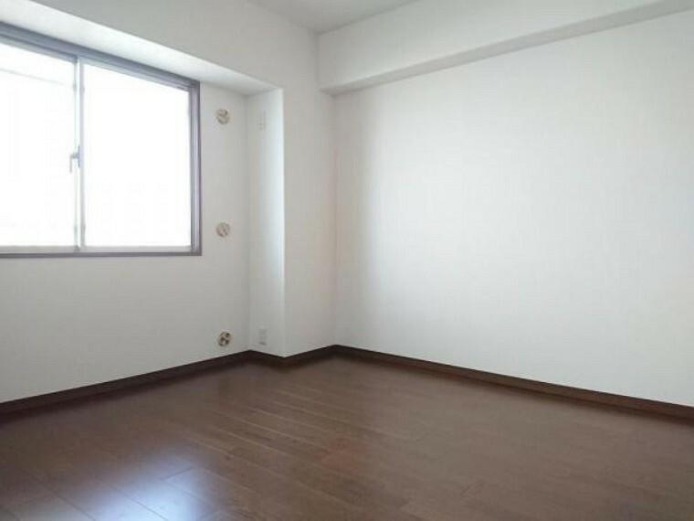 洋室 【リフォーム前】約5.9帖の洋室は天井・壁のクロス張替え、床のフローリング張替を予定しております。