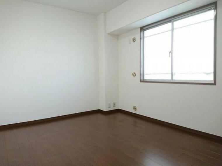 洋室 【リフォーム前】約6.4帖の洋室は天井・壁のクロス張替え、床のフローリング張替を予定しております。