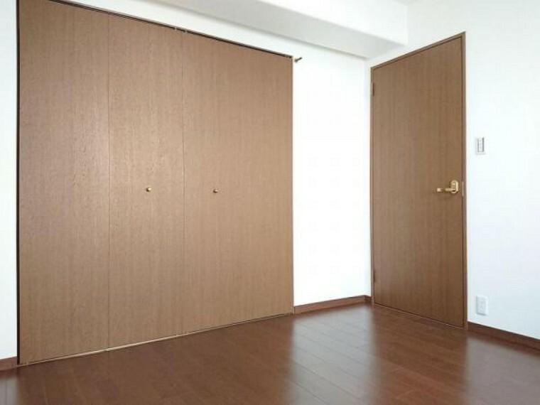 洋室 【リフォーム前】約5.9帖の洋室には1間の収納があります。衣類の収納に便利なハンガーパイプを新設予定です。
