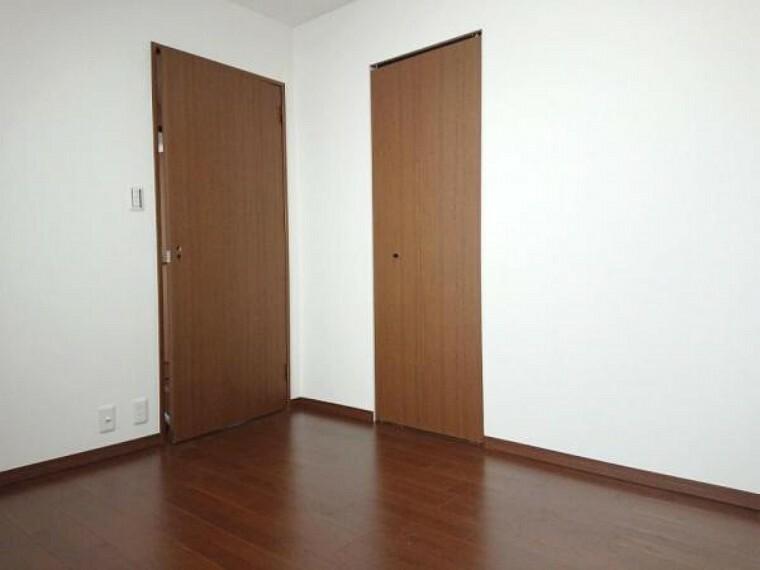 洋室 【リフォーム前】約6.4帖の洋室には半間の収納があります。衣類の収納に便利なハンガーパイプを新設予定です。