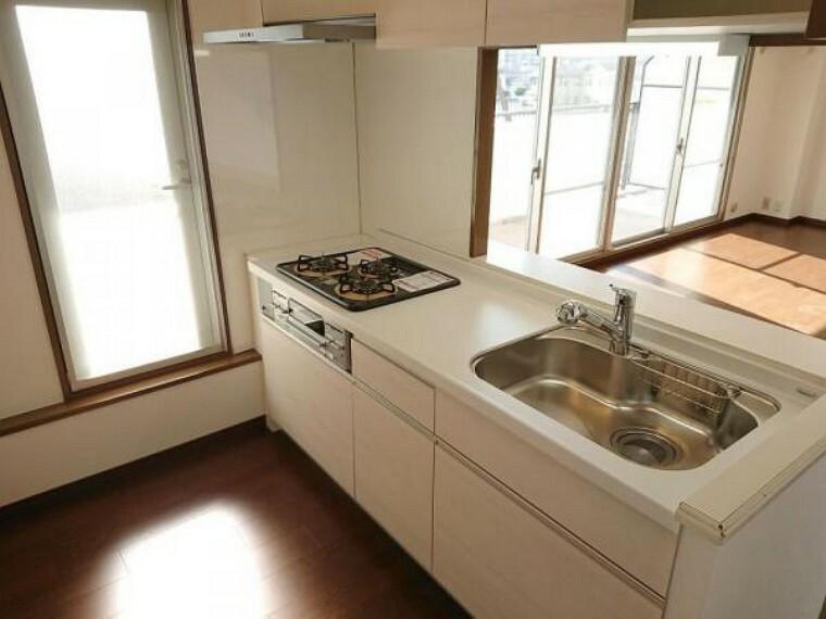 キッチン 【リフォーム前】キッチンはカウンター型になっています。天井・壁のクロス張替、床のフローリング張替を予定しております。
