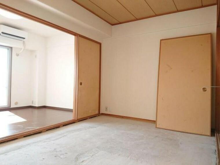 和室 【リフォーム前】和室は畳の表替え、襖の張替を予定しております。襖を開けるとリビングと一体となって広く感じますよ。
