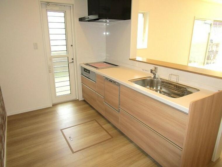 キッチン 木目調の落ち着きある設備充実のシステムキッチン