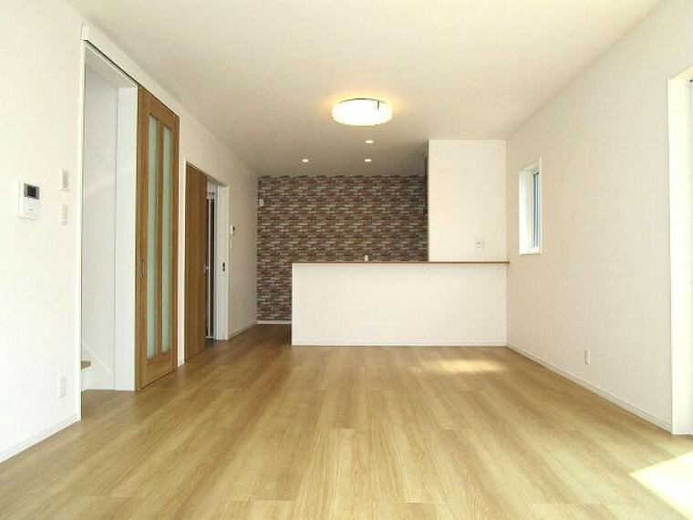 居間・リビング キッチンからリビング全体が見渡せる開放感があります
