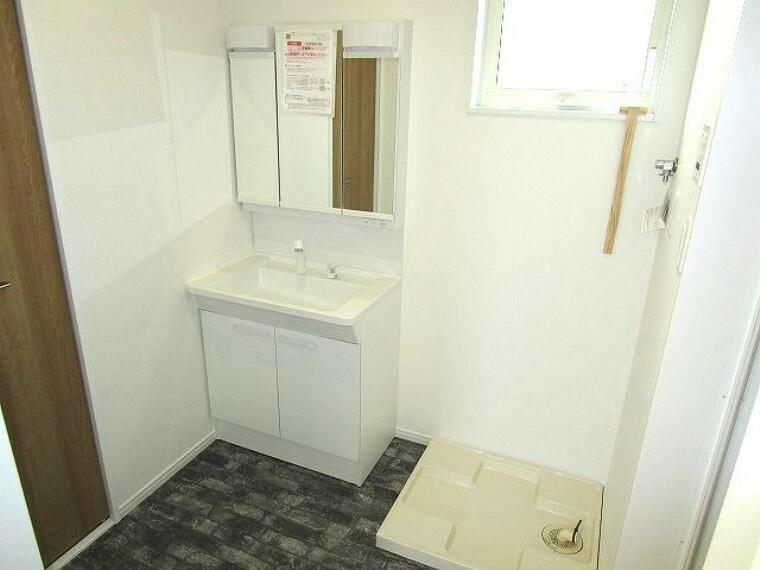 洗面化粧台 三面鏡付き洗面化粧台、小窓があり