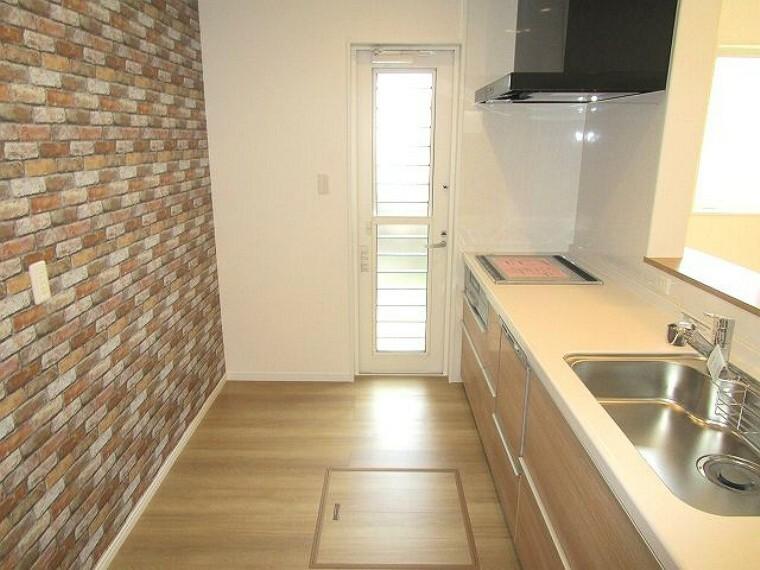 キッチン レンガ風の壁がお洒落なカフェのようですね、勝手口、床下収納あります