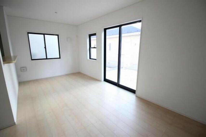 居間・リビング 大きな窓から日差しがたっぷり入る明るいリビング。