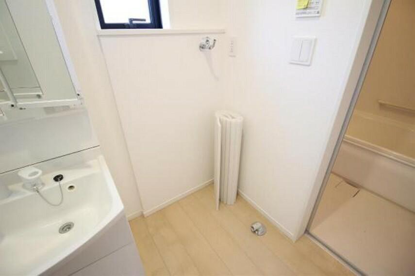 洗面化粧台 洗面室に洗濯機置場がございます。
