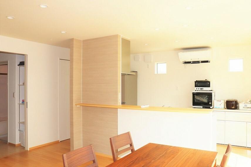 居間・リビング 南向きの日当たりのいいリビング エアコン、家具、遮光カーテン付き