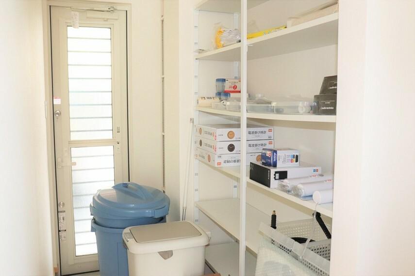 収納 キッチン横にパントリー、勝手口もあるためごみ出しも便利