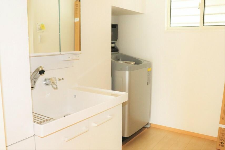 洗面化粧台 収納棚もある洗面所 洗濯機付き