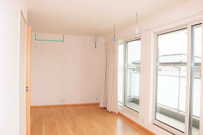 洋室 二部屋にわけれる洋室 全居室ホスクリーン付き、部屋干しできます