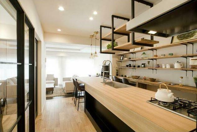 キッチン リビングダイニングを見渡せ、料理しながら家族と会話できるオープンキッチン。