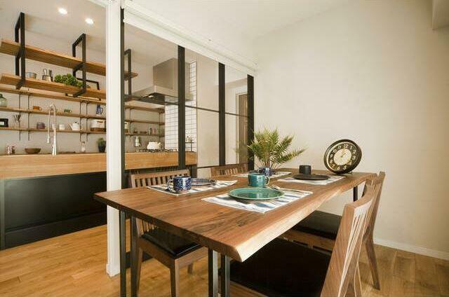 ダイニングキッチン 25.4帖のLDKには大きめのダイニングテーブルも設置可能。