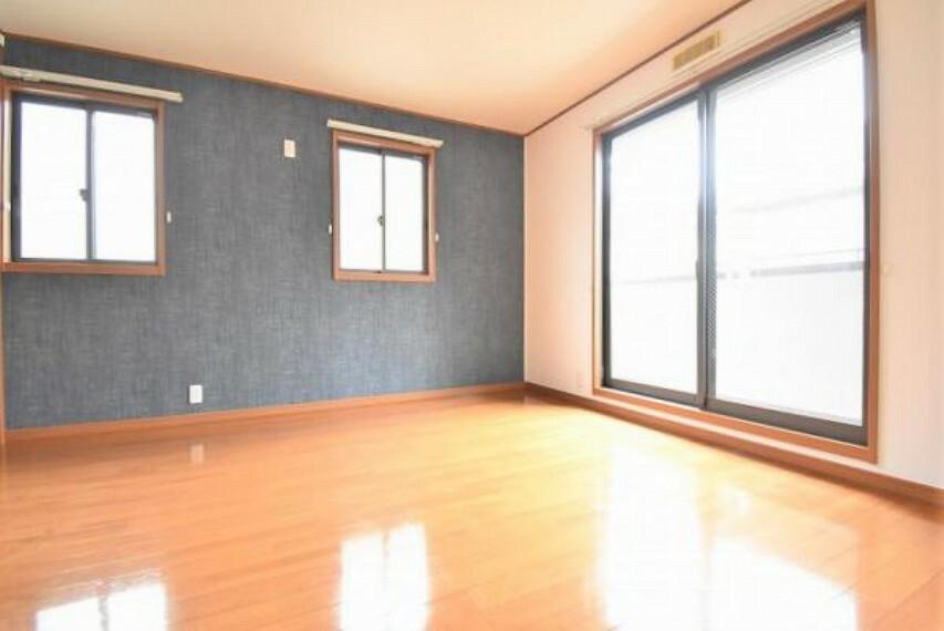 9帖の洋室!窓が大きく、日中の温かい光がお部屋全体に降り注ぎます