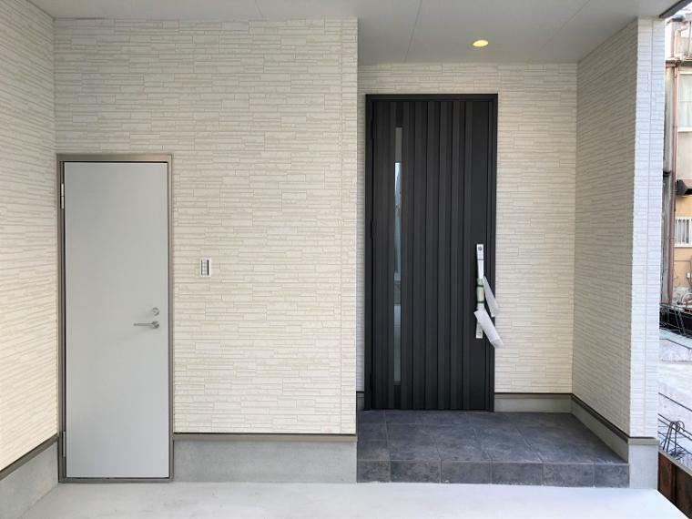玄関 玄関の施工例写真です。右手の外部収納扉を開いた写真になります。