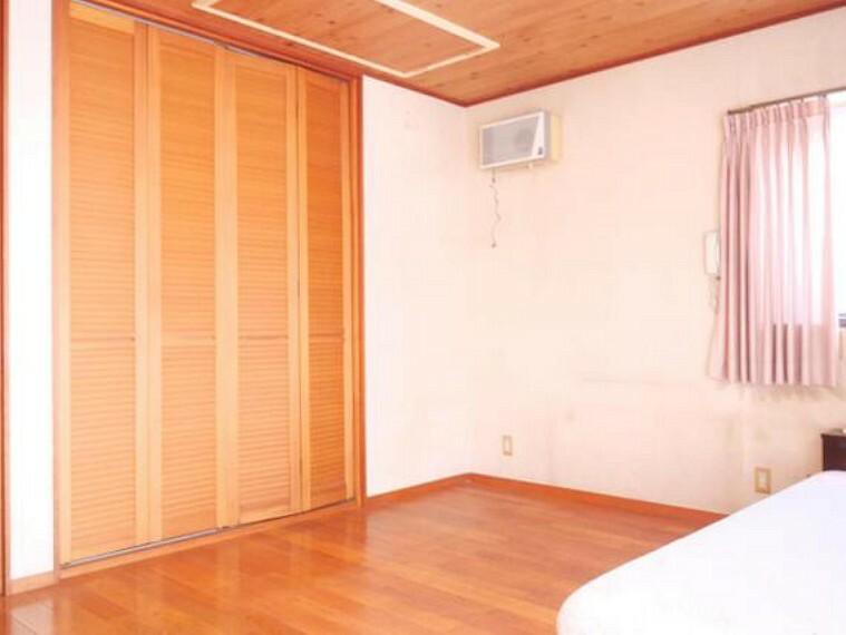専用部・室内写真 床材等明るい色調で暖かみがございます。