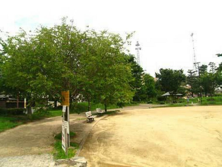 公園 二条公園 二条城北側のグラウンドや緑地のある大きな公園です
