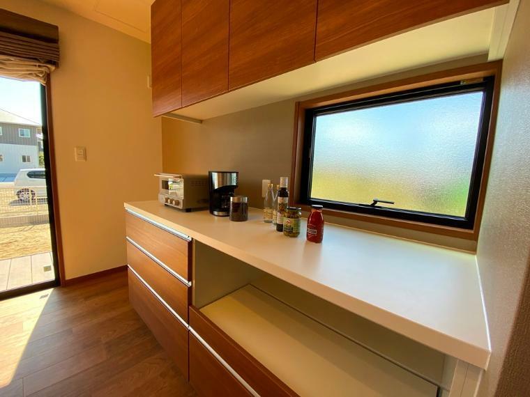 キッチン 大きな窓があって明るいキッチン