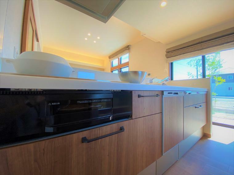 キッチン キッチンは対面式となっており、リビングにいるご家族を眺めながらお料理ができます