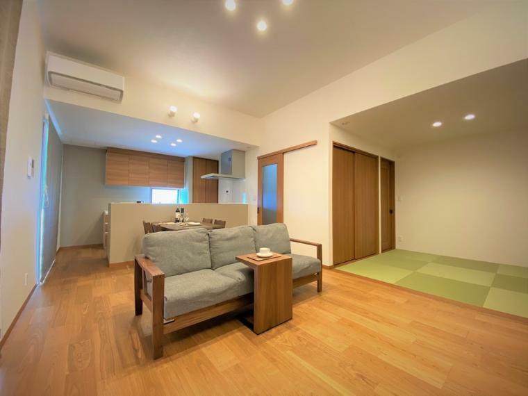リビングダイニング シンプルな家具で設えたリビング