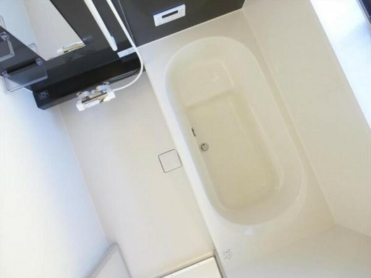 浴室 (リフォーム済)浴室は ハウステック製の1坪タイプ、新品のユニットバスに交換しました。自動湯張り・追い焚き機能付きで、いつでも温かいお湯につかれます。残業帰りの旦那様の強い味方ですね。