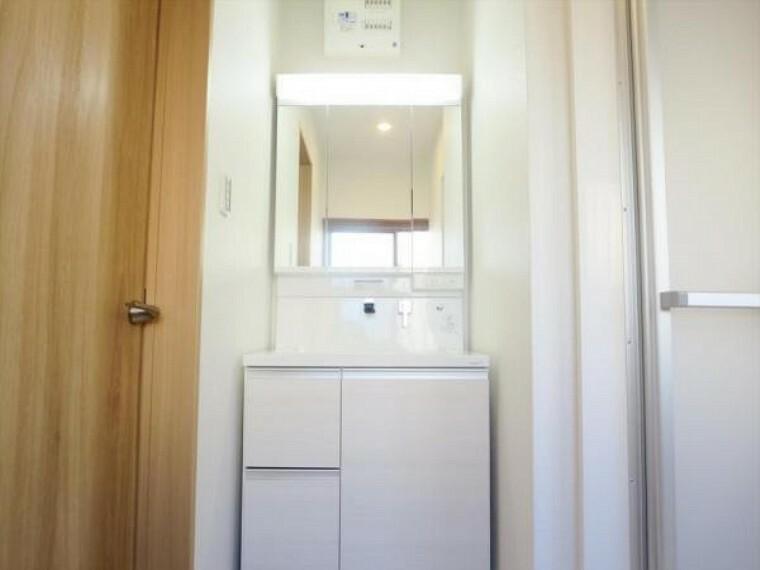 洗面化粧台 (リフォーム済)洗面台は新品交換しました。伸縮する便利なシャワーヘッドに加え、鏡の裏側の収納スペースで、整髪料などの小物も取り出しやすく散らかりません。