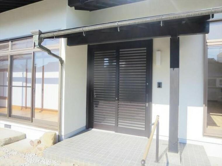玄関 (リフォーム済)家の顔である玄関引戸は新品交換しました。鍵も2ロック方式になり安全性も高まりましたので安心しておでかけできますね。