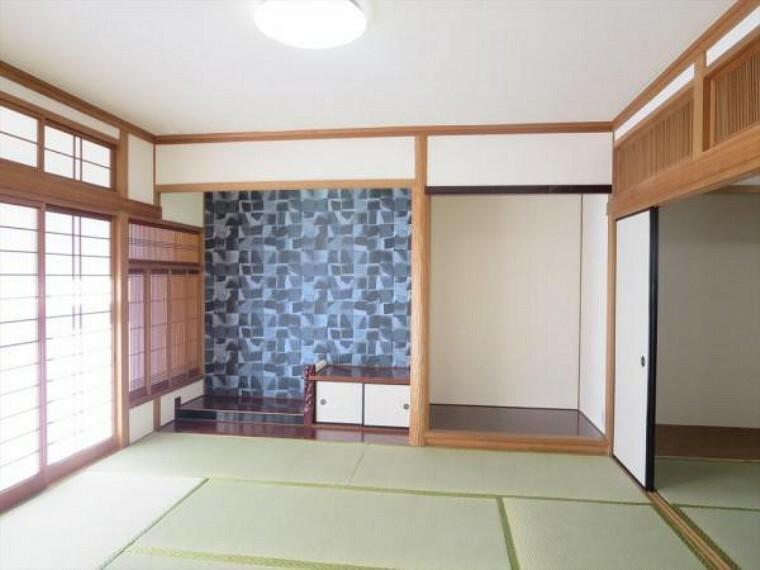 (リフォーム済)1階8畳和室は天井、壁をクロス貼りにし、畳を表替え・障子と襖を貼替しました。2間続きですので、自宅で法事を行うときにも重宝しますね。