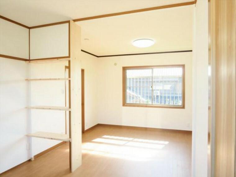 (リフォーム済)2階西側洋室は2部屋をつなげて10.5帖のお部屋に変更しました。お子様が小さいうちは二人で子供部屋としてシェアするのもいいですね。