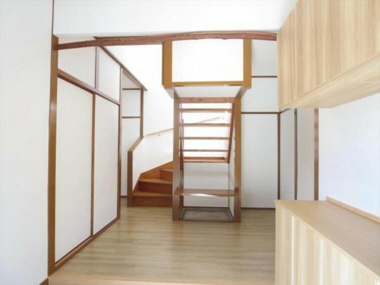 玄関 (リフォーム済)玄関ホールは天井・壁のクロスと床材を貼替しました。引戸を開けると木の温かみを感じさせる玄関先がお出迎えしてくれますよ。