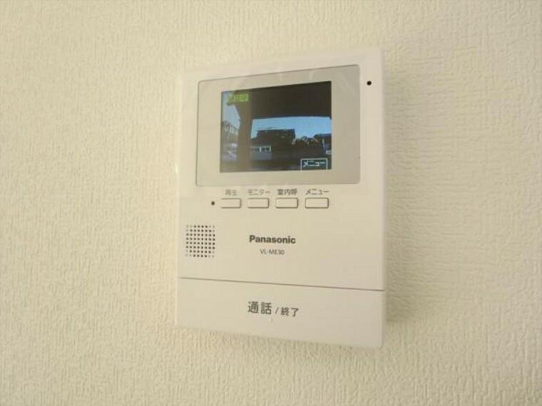 防犯設備 (リフォーム済)インターホンはテレビモニターつきドアホンに交換し、親機をLDKに設置しました。来客の顔を見て応対できますのでしつこいセールスにつかまらずにすみますね。