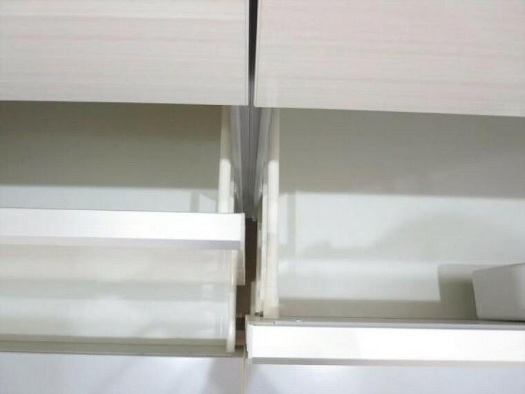 キッチン (リフォーム済)新しく設置したキッチンの収納部は奥の物も取出しやすいスライド式キャビネットです。閉じるときにそっと閉まる指詰め防止つきでみんなの指先を保護してくれます。ネイル好きな奥様も嬉しいですね