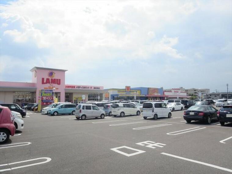ショッピングセンター フレスポ高松まで1550m、車で4分です。スーパー、ドラッグストア、シューズショップ、100円ショップなどがあります。