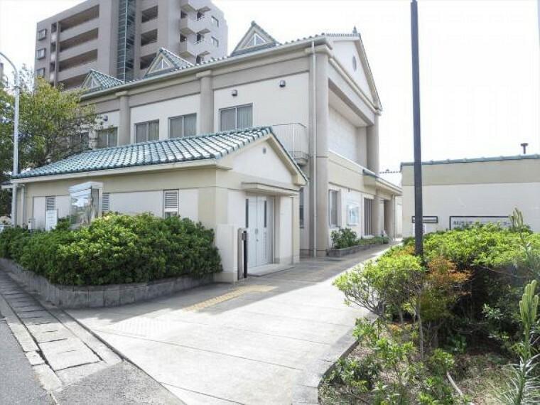 役所 川添コミュニティセンターまで1100m、車で3分です。戸籍や住民票等の各種証明書類などは市役所まで行かなくてもここで取得できます。