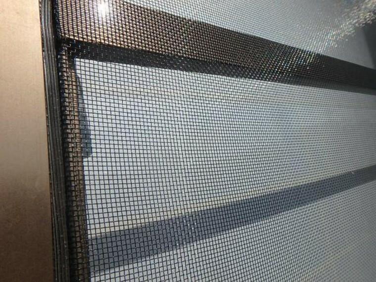 専用部・室内写真 【同仕様写真】今回のリフォームで網戸はすべて張り替えます。虫よけとして重宝する網戸。経年劣化した網戸では破れてしまったり、隙間ができたりして網戸の効果が半減してしまいますがその心配がありません。