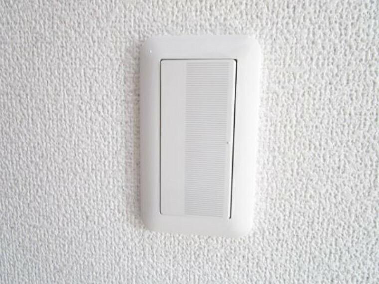 専用部・室内写真 【同仕様写真】照明スイッチはワイドタイプに交換予定です。毎日手に触れる部分なので気になりますよね。新品できれいですし、見た目もオシャレで押しやすいです