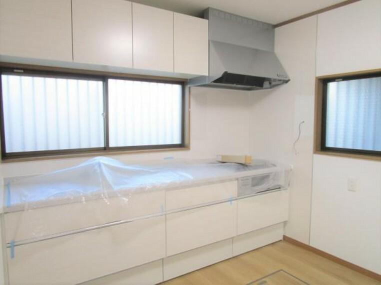 専用部・室内写真 【現在リフォーム中:11/21撮影】キッチンは永大産業製の新品に交換します。天板は人工大理石製なので、熱に強く傷つきにくいため毎日のお手入れが簡単です。