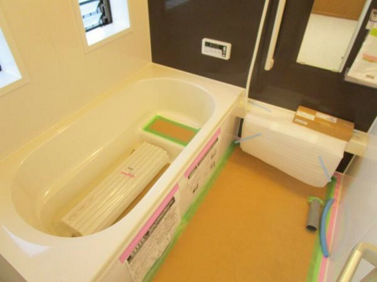 専用部・室内写真 【現在リフォーム中:11/21撮影】浴室はハウステック製の新品のユニットバスに交換します。足を伸ばせる1坪サイズの広々とした浴槽で、1日の疲れをゆっくり癒すことができますよ。