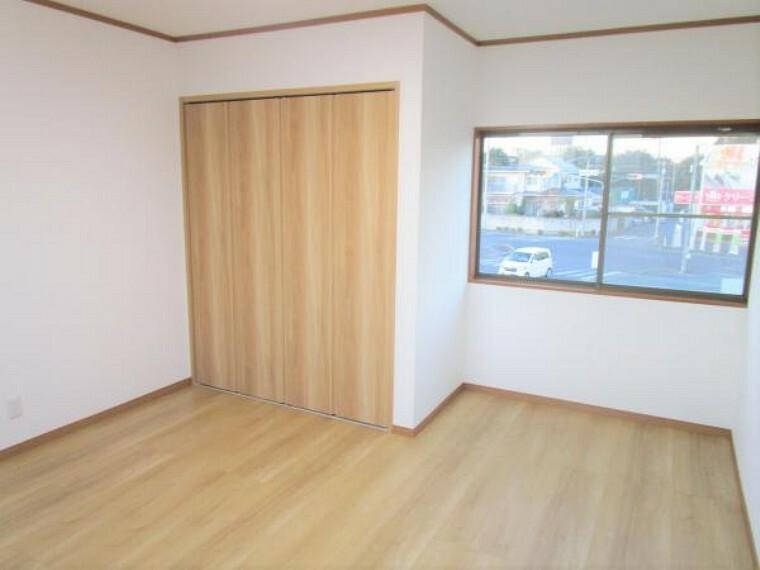 専用部・室内写真 【現在リフォーム中:11/21撮影】2階南東側の約9帖の洋室です。フローリング重ね張、天井壁クロス張替え、照明交換し1間分のクローゼット新設します。