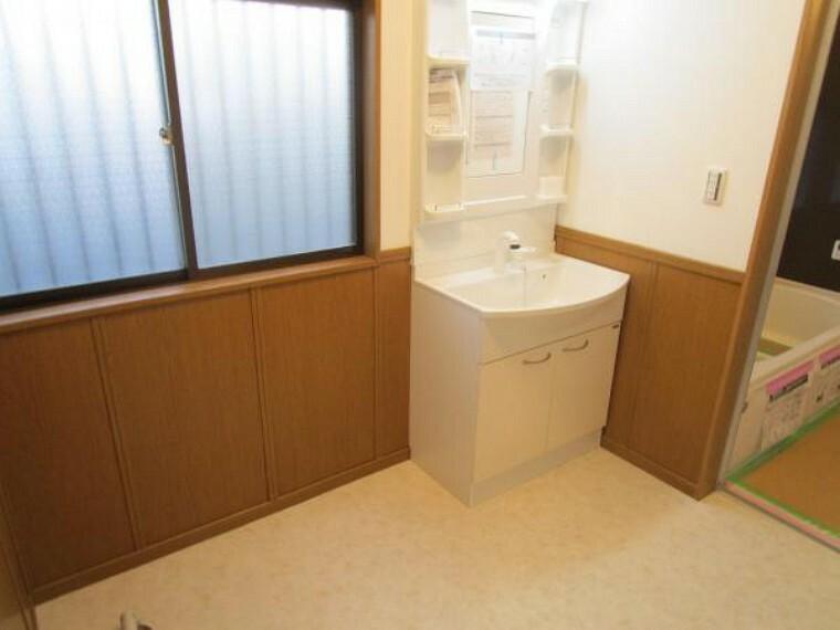 専用部・室内写真 【現在リフォーム中:11/21撮影】洗面脱衣所です。既存の洗面化粧台を撤去し新品交換致します。約1.25坪のスペースがあるので洗濯機を置いても広々とお使い頂けそうです。クッションフロア張替、天井壁クロス張替え、照明交換行います。