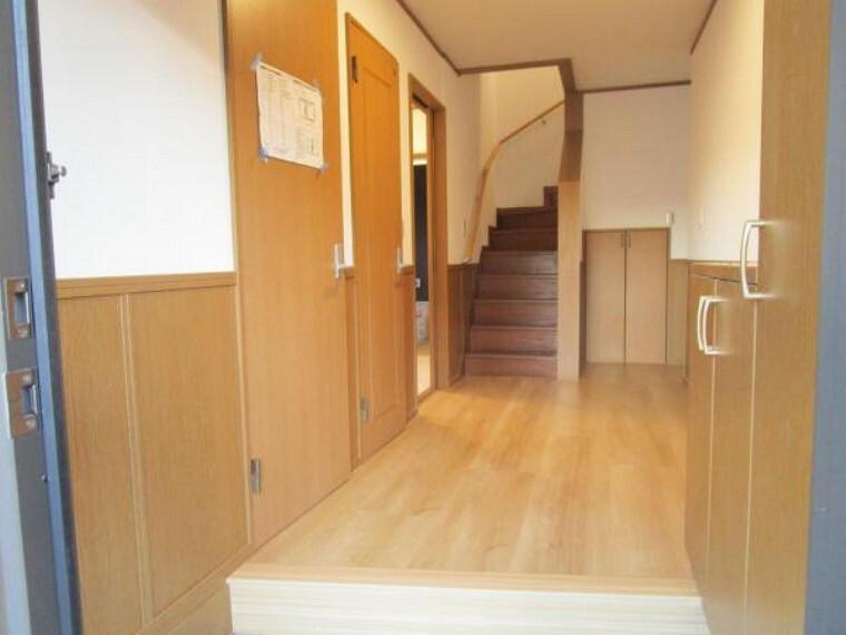 専用部・室内写真 【現在リフォーム中:11/21撮影】玄関になります。西向きで西日が当たるので玄関内もジメジメしにくいですね。玄関ドアは鍵交換、クリーニングを行います。