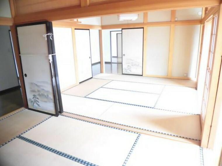 【リフォーム前】玄関から入って左側に位置する8帖と6帖の和室です。